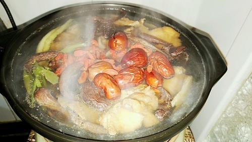 红枣枸杞野蘑菇老母鸡汤