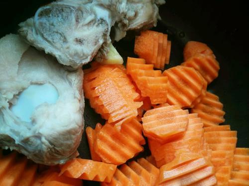 胡萝卜大骨头汤