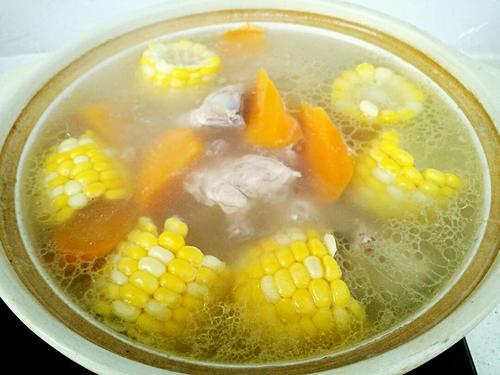玉米胡萝卜炖脊骨汤