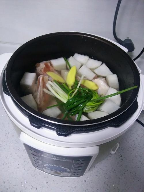 筒子骨白萝卜汤