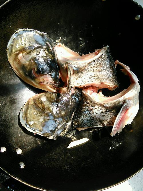 鱼头豆腐金针菇汤