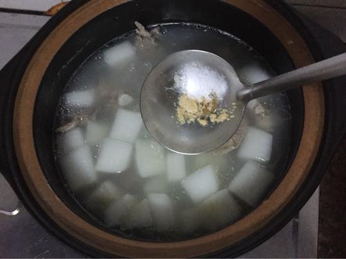 排骨炖白萝卜汤