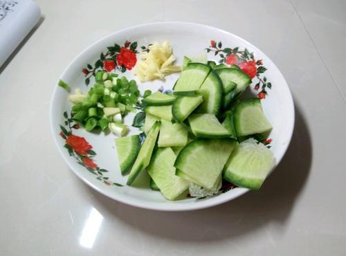 翠 绿 萝卜 汤