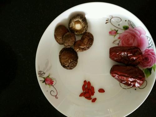 红枣香菇土鸡汤
