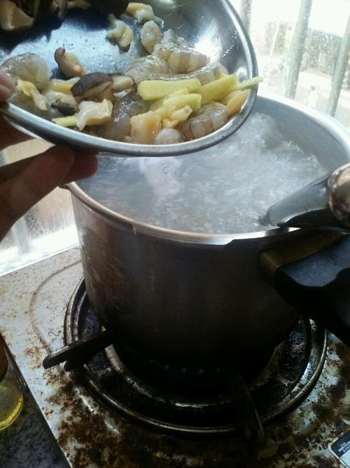 鲜虾花甲香菇粥